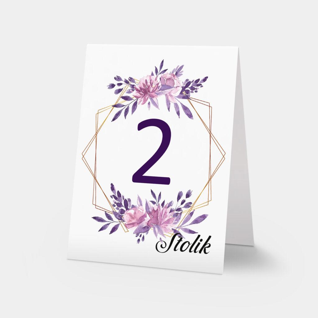 numery stołów w odcieniach fioletu